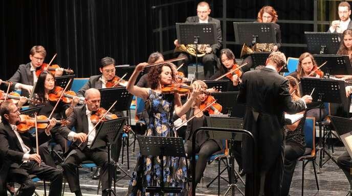 Virtuos, aber etwas unterkühlt: Geigerin Alena Baeva (Mitte) musizierte mit den Stuttgarter Philharmonikern.