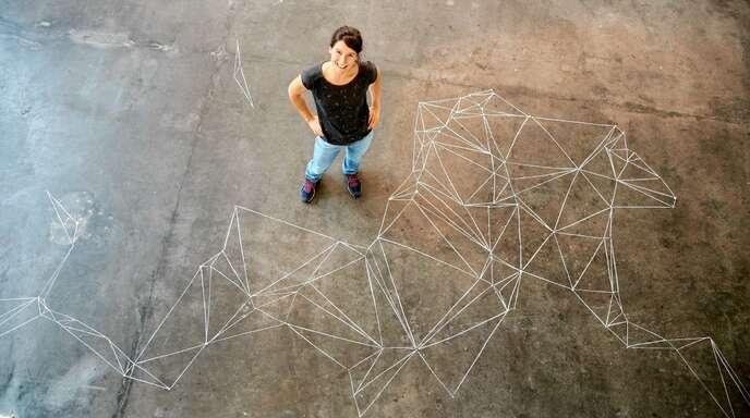 Melanie Grockis Kunst ist nicht nur an den Wänden zu sehen. In der Galerie im Artforum zeichnete sie auch auf dem Fußboden.