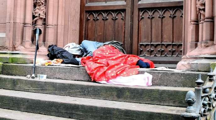 Bei zunehmend kälteren Temperaturen wird es für Obdachlose schwer, nachts auf offener Straße zu übernachten. Zurzeit warten viele auf die Öffnung des Erfrierungsschutzes