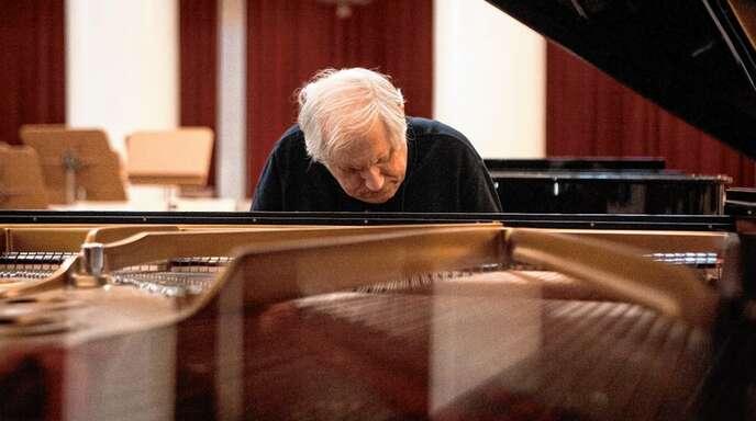 Grigory Solokov versinkt beim Klavierspiel in der Musik.