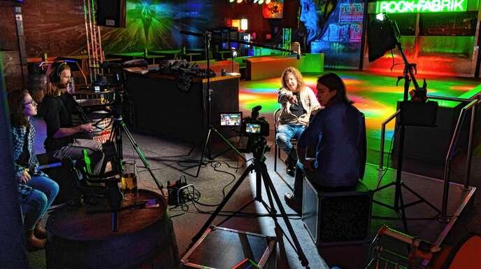 """Das Filmteam bei den Dreharbeiten zum Film """"Heart and soul"""" – einer Musikdokumentation über die Band """"Scaramouche""""."""