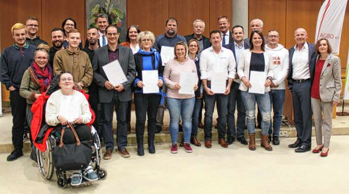 """Schirmherr Landrat Frank Scherer gratuliert den 14 vom Projekt """"unbehindert miteinander"""" ausgezeichneten Betrieben, Einrichtungen und Kommunen."""
