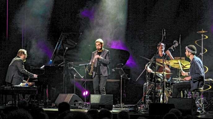 Lust an der Improvisation: Saxofonist Émile Parisien (Mitte) und sein Quartett beim Auftritt in der Offenburger Reithalle.