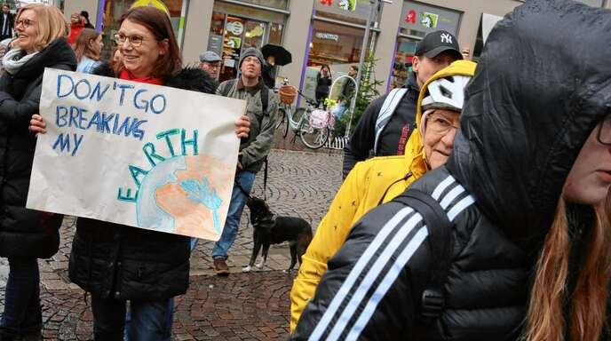 """Nicht ganz so viele Plakate gab es gestern beim """"Fridays-for-Future""""-Klimaprotest – wohl wegen des Regens."""