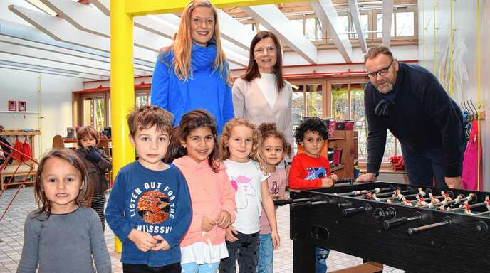 Stellten am Montag das neue Fachkräfte-Konzept für Kitas vor (hinten, von links): Senja Töpfer (Amt für Soziales, Schulen und Sport), Sabine Grothe (Leiterin Kita am Schießrain) und Erster Bürgermeister Guido Schöneboom.