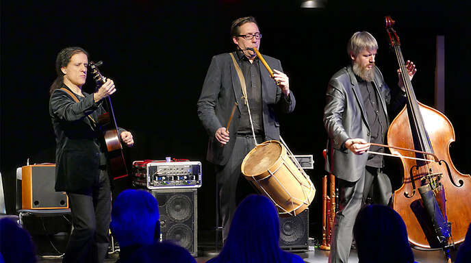 Boten Entertainment pur (von links): Djamel Laroussi, Tobias Reisige und Markus Conrads beim Konzert im Kehler Kulturhaus.
