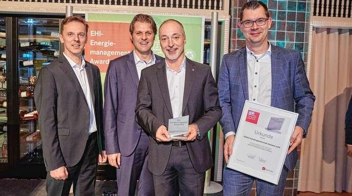 Den Energie-Award für Edeka Südwest nahmen entgegen (von links): Darius Schrey, Eberhard Wisbauer, Stefan Herre und Oliver Korn.