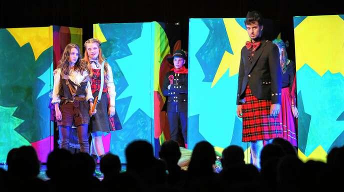 """Szene aus der Aufführung von """"Robin Hood"""" im Salmen: Robin Hood (Julia Sanner, links) mit Sheriffin (Undine Gloski) und Sheriff (Finnegan Melchior, rechts)."""