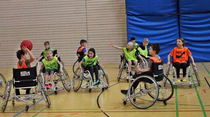 Die Klasse 4b beim Rollstuhl-Basketball: Der Sportunterricht am Dienstag stellte die Schülerinnen und Schüler vor besondere Aufgaben – und sollte sie auch sensibilisieren.