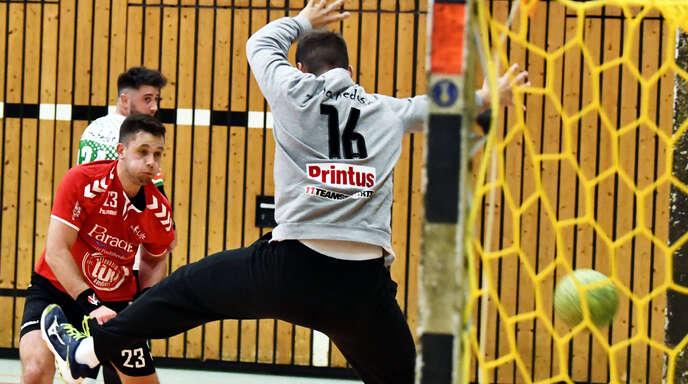 Der Altenheimer Linksaußen Philip Kugler netzt hier gegen Hedos-Torwart Maximilian Waidele zu einem seiner vier Tore ein.