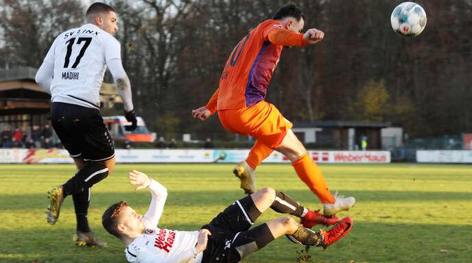 Mit vereinten Kräften: Die Linxer Spieler Samy Madihi (links) und Lukas Raabe (unten) luchsen Eray Gür (rechts) vom FC Nöttingen den Ball ab.