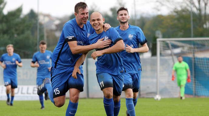 Haben mit dem SV Niederschopfheim einen Lauf: Abwehrspieler Robin Leidinger (links) und Toptorjäger Lionel Labad.