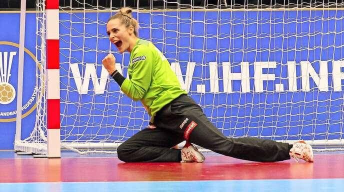 Geballte Freude: Dinah Eckerle freut sich über einen gehaltenen Ball bei der WM in Japan.
