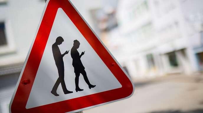 Wer ständig aufs Handy schaut, sollte seine Umgebung nicht gänzlich vergessen.