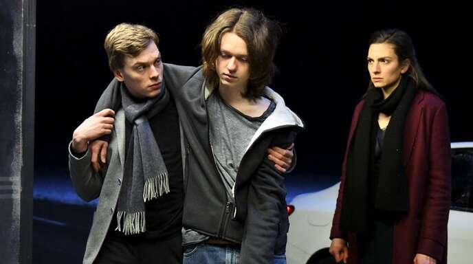 Maxim (Franz Pätzold, l.) und Sylvie (Laura de Boer) setzen Finn (Jeremias Meyer) nach einem Unfall wieder ab.