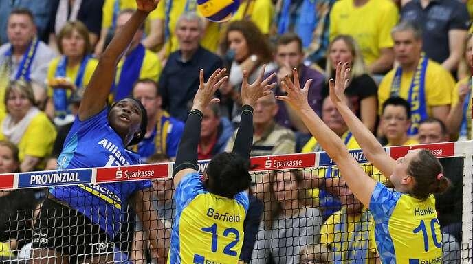 Duell der Topspielerinnen: Stuttgarts Diagonalangreiferin Krystal Rivers beim Versuch, den Block des SSC Schwerin mit Lauren Barfield und Denise Hanke zu überwinden.