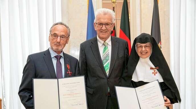 Beispiele für ehrenamtliche engagierte Menschen in Offenburg: Manfred Wahl und Mutter Martina Merkle von der BI Bahntrasse, hier mit Ministerpräsident Winfried Kretschmann.