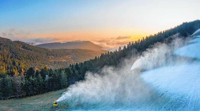 Zur Saisoneröffnung am Seibelseckle kam der Schnee aus Kanonen, aber immerhin war es kalt genug. In diesen Tagen ist ans Skifahren im Schwarzwald eigentlich nicht zu denken. Die Vereine müssen ihre Kurse reihenweise absagen.