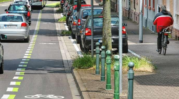 """Gerade ältere Menschen trauen sich mit ihrem Fahrrad nicht auf die Straße, weil sie sich unsicher fühlen, wie dieses in der Rammersweierstraße aufgenommene Foto anschaulich macht. Die BI """"Rückenwind"""" fordert auch deshalb unter anderem eine Gleichstellung des Radverkehrs mit dem Kfz-Verkehr und überall dort Tempo 30, wo sich Rad- und Autofahrer die Fahrbahn teilen."""
