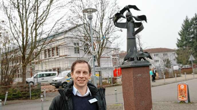 """Markus Wolber, Leiter des Stadtteil- und Familienzentrums Albersbösch, am Rabenplatz. Dort werden im Rahmen der Gemeinwesenarbeit Aktionen angeboten. Mit """"Gemeinsam mehr erreichen"""" beschreibt der 37-Jährige in drei Worten die Einrichtung, die auch für Hildboltsweier zuständig ist."""