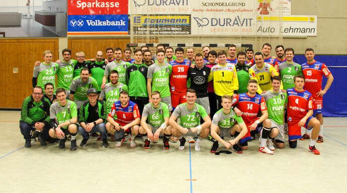 """Nach dem sportlichen Duell auf dem Spielfeld formierten sich die Spieler der """"SG Hornberg/Lauterbach/Triberg & Friends"""" und des Handball-Bundesligisten HBW Balingen-Weilstetten für ein gemeinsames Erinnerungsfoto."""