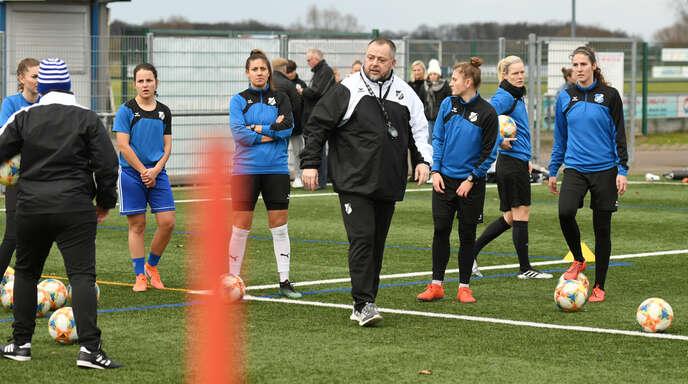 Fühlt sich bereits nach seinen ersten Tagen als Cheftrainer des Frauenfußball-Bundsligisten SC Sand pudelwohl: Sven Thoß (Mitte).