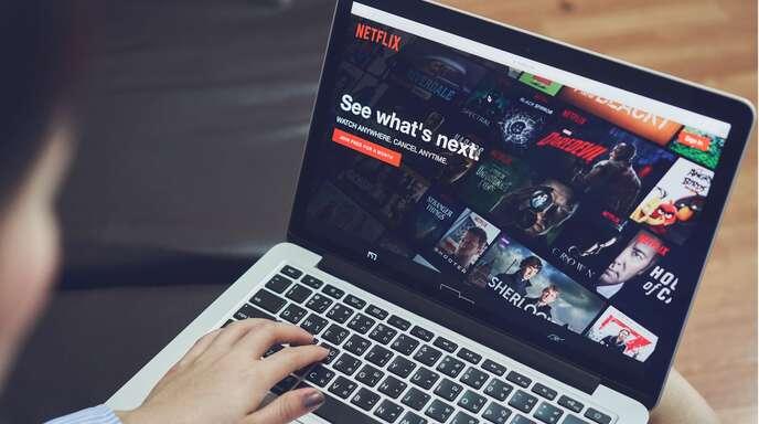Netflix bietet eine der größten Mediatheken für Filme und Serien.