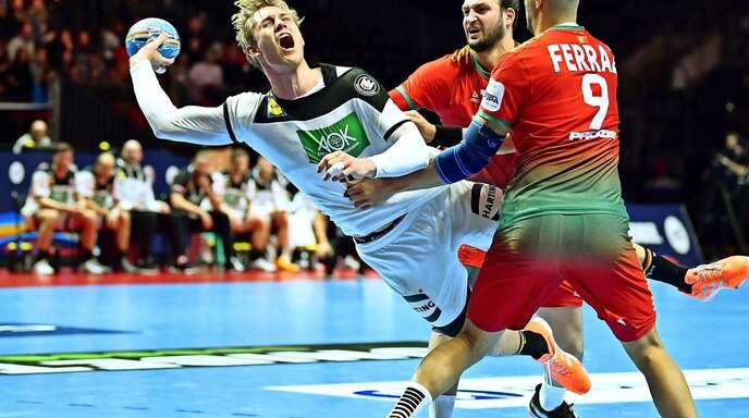 Marian Michalczik setzt sich gegen die portugiesische Abwehr durch: Der Rückraumspieler aus Minden legte ein ordentliches EM-Debüt aufs Parkett.
