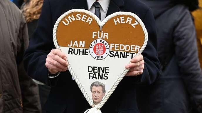 Fedder, der auf St. Pauli aufgewachsen ist, hatte sich eine Trauerfeier im Michel gewünscht. Er war am 30. Dezember nach langer Krankheit mit 64 Jahren gestorben.