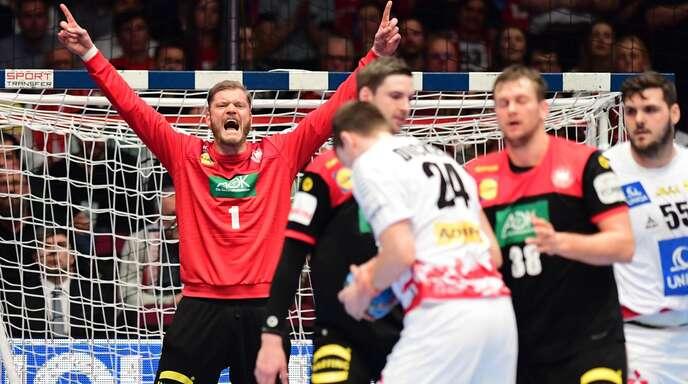 Die deutschen Handballer freuen sich über den Sieg gegen Österreich.