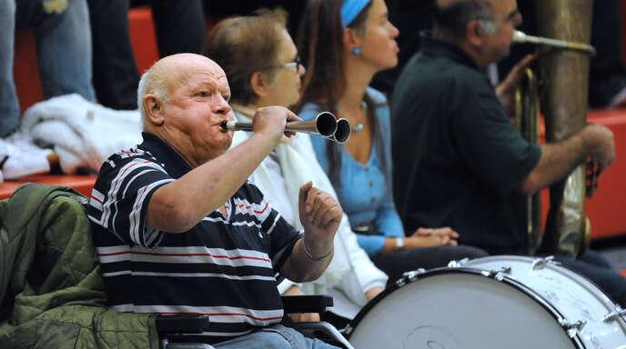 Mit Helmut kam Stimmung in jede Halle (im Hintergrund Walter Häberle).