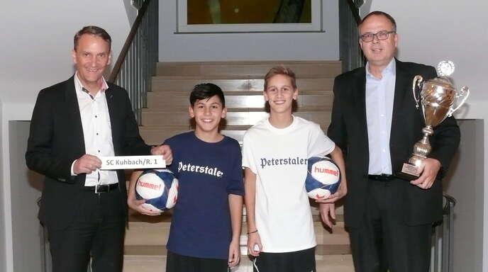 Lahrs Oberbürgermeister Markus Ibert, die beiden D-Jugendspieler Loris und Finn sowie Stefan Wölfle (v. l.), Jugendleiter des SC Lahr, freuen sich auf die Stadtmeisterschaft.