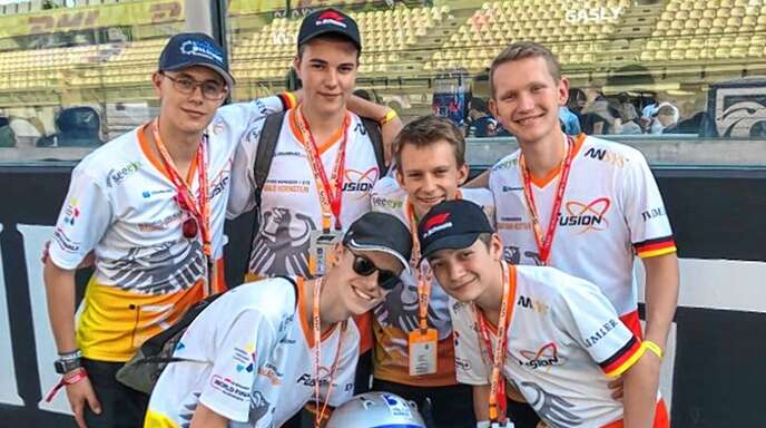 """Mit seinem Team hat Henry Wacker (vorne rechts) den Vizeweltmeistertitel bei """"Formel 1 in der Schule"""" in Abu Dhabi geholt."""