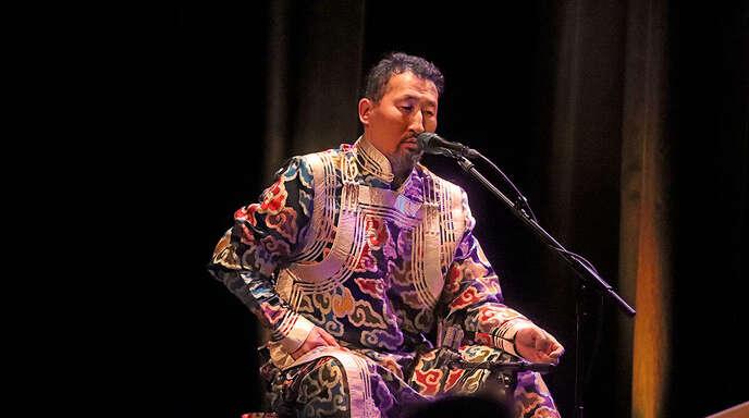 Enkhjargal Dandarvaanchig konzentrierte sich beim Konzert in Offenburg auf die Musik und Kultur seiner mongolischen Heimat.