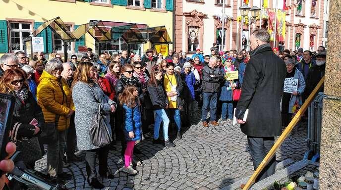 Rund 200 Bürger sind am Samstag zur Mahnwache für die Opfer der Gewalttat von Hanau zur Ursulasäule gekommen. Rechts im Bild: Initiator Norbert Großklaus.