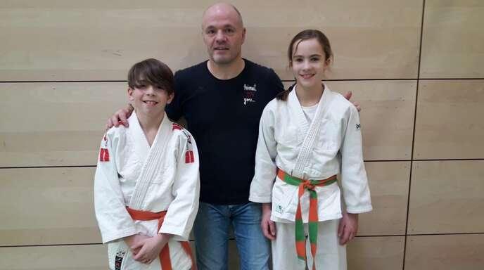Trainer Norbert Ehret (Mitte) mit seinen Schützlingen David Bieser (l.) und Clara-Marie Heideker.