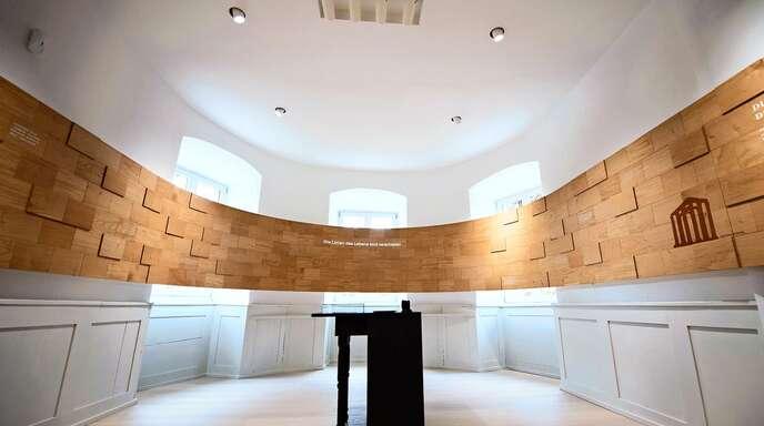 Das Holz in diesem Zimmer der neuen Ausstellung erinnert daran, dass