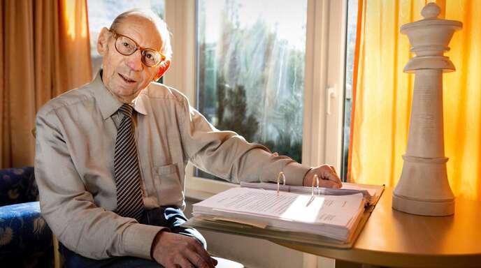 Herter wohnt in einem Hotel in Hinterzarten. Außer einer riesigen Schach-Dame und einem Leitz-Ordner bewahrt er in seinem Zimmer nichts Persönliches auf.Foto: David Sahay