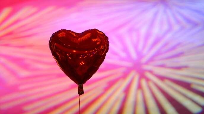 Ein Herz für Singles – zehn Tipps damit der Valentinstag erträglicher wird.