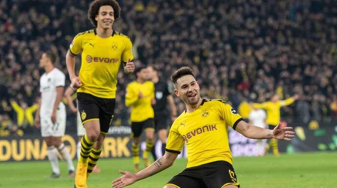 Dortmunds Raphael Guerreiro jubelt mit Axel Witsel über seinen Treffer zum 4:0. Foto: