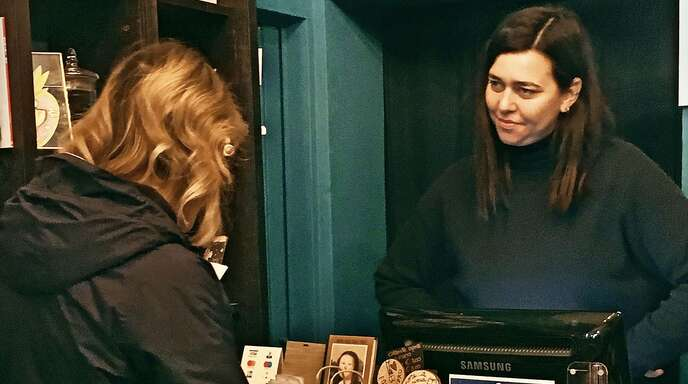 Elena Molini steht ihren Kunden in ihrer literarischen Apotheke mit Rat und Lebenshilfe zur Seite.