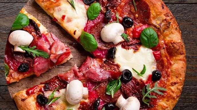 Leckere Pizzavariationen, Salate und Getränke werden ab sofort geliefert oder können auch nach der Bestellung selbst abgeholt werden..