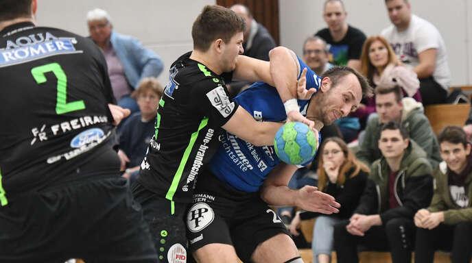 Zu selten bekamen die Hofweierer Spieler um Lukas Schade (l.) Helmlingens Tomasz Pomiankiewicz in den Griff.