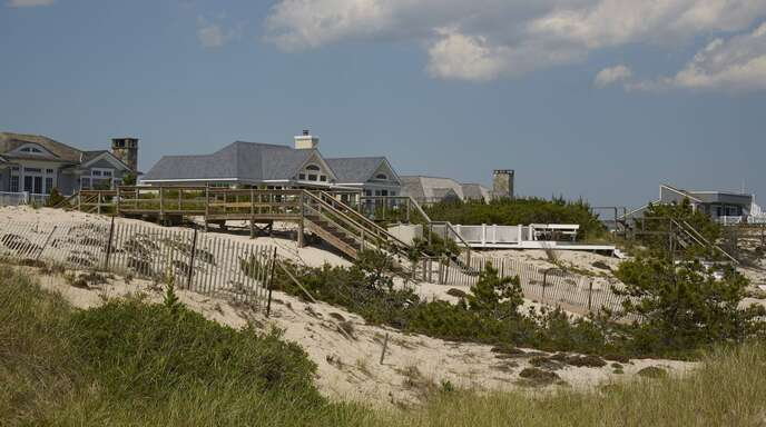 In solchen Villen am Strand von Long Island wollen wohlhabende New Yorker der Corona-Krise in ihrer Heimatstadt entkommen.