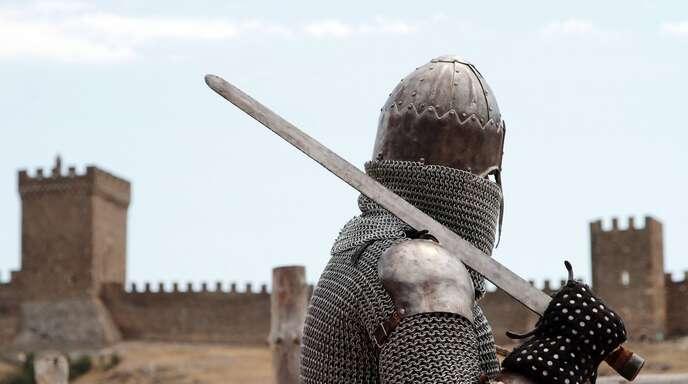 Der 35-Jährige trug eine Ritterrüstung und ein Schwert. (Symbolbild)