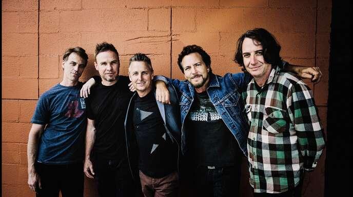 Die Band Pearl Jam mit Eddie Vedder (2. v.r.)