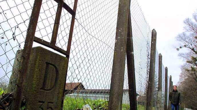 Der in der Nazizeit von der Schweiz errichtete Grenzzaun (hier ein Archivbild) ist an manchen Stellen noch vorhanden. Was viele nicht wissen: auf beiden Seiten liegt Konstanzer Gemarkung.