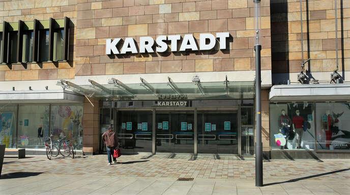 Vor verschlossenen Türen standen am Mittwoch Kunden unter anderem hier bei Karstadt in Offenburg. Einzelhandelsgeschäfte müssen bis zum 19. April geschlossen bleiben, dadurch soll die Ausbreitung des Coronavirus verlangsamt werden.