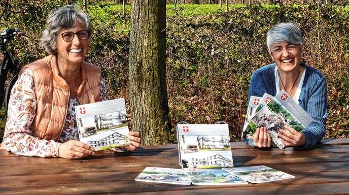 """Das neue """"Kirschbaumblättle"""" in Ebersweier ist erschienen. Christel Huber (links) und Simone Brüderle haben es vorgestellt."""