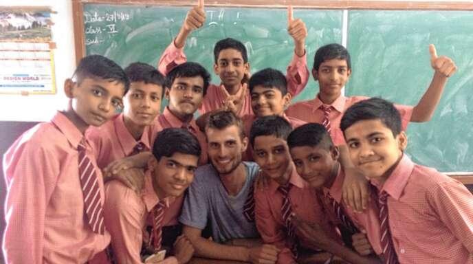 Jonas Philipzen aus Zunsweier (Mitte) gemeinsam mit taubstummen Schülern im indischen Patna. Für das Lucy-Hilfswerk hat er im vergangenen Sommer sieben Wochan an einer Schule für taube Kinder unterrichtet.